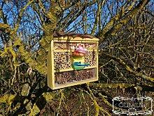 Kleine Insektenhotel, Insektenhaus als funktionale Gartendeko KOMPLETT mit Holzrinde-Naturdach und Fütterungsstation FDV-STATION-OS gelb hellgelb Sonne Vogelhäuser Nistkasten als Ergänzung zum Meisen Nistkasten Meisenkasten oder zum Vogelhaus Vogelfutterhaus Futterstation für Vögel, als umweltfreundliches Mittel gegen Blattläuse
