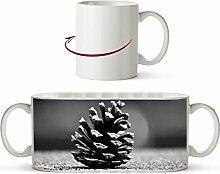 kleine Tannenzapfen Effekt: Schwarz/Weiß als Motivetasse 300ml, aus Keramik weiß, wunderbar als Geschenkidee oder ihre neue Lieblingstasse.