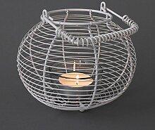 Korb-Lampe Draht weiß mit großer Teelicht-Kerze für lange Brenndauer - Tischlicht - Herbst-Deko - Windlicht zur Tischdekoration - Vintage-Lampe Metall mit Henkel - Durchmesser 19cm - Retro Home