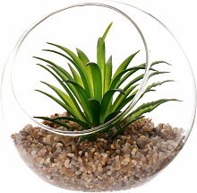 Künstliche Pflanze und Glaskugel