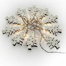 LED-Lichterkette mit leuchtenden Tannen in Silber