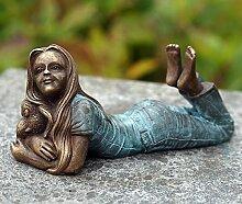 liegendes Mädchen mit Elefant, Bronzefigur