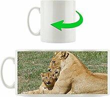 Löwenmutter mit Kind, Motivtasse aus weißem Keramik 300ml, Tolle Geschenkidee zu jedem Anlass. Ihr neuer Lieblingsbecher für Kaffe, Tee und Heißgetränke.