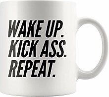 Lustige Keramikbecher Wake up Kick Ass Wiederholen