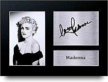 Madonna unterzeichnet A4gedrucktem Autogramm
