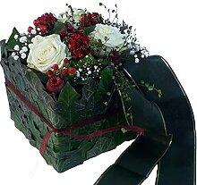 Modernes Trauergesteck mit frischen weißen Rosen