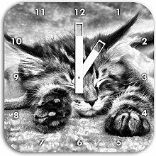 Monocrome, Baby-Katze, rote Bettdecke,, Wanduhr
