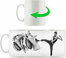 Monocrome, Starke Frau kickt gegen Fastfood, Motivtasse aus weißem Keramik 300ml, Tolle Geschenkidee zu jedem Anlass. Ihr neuer Lieblingsbecher für Kaffe, Tee und Heißgetränke