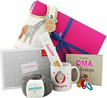 Oma Geschenk mit Buch Oma für Einsteiger, Strickset, Schnuller, Tasse Lieblingsoma und Lätzchen - Geschenkbox Oma werden - beidseitig bedruckte Tasse Lieblingsoma - Geschenkidee für werdende Oma (oma loading) und frischgebackene Oma - oma starter set - tolles Geschenk für Oma in bunter Geschenkbox und Glückwunschkarte