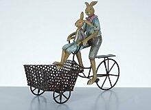 Osterdekoration Hasenvater mit Kind auf Metall-Fahrrad mit Deko-/Pflanzkorb, aus Steinharz und Metall, 27,3x11x22,7 cm, Osterhase Ostern Landhaus Nostalgie Pflanztopf