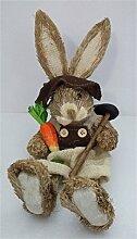 Osterhase Strohosterhase sitzend 27 cm groß mit Jutehut Brille Karotte und brauner Jutehose Osterhasenfigur Osterdeko schöne Dekofigur zu Ostern
