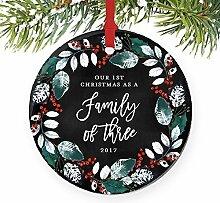Our First Christmas als eine Familie von drei 1. Baby Dusche Geschenk Geschenk Neue Eltern Schwangerschaft rund Weihnachten Ornament Andenken Xmas Tree Dekoration Hochzeit Jahrestag Geschenk Weihnachtsbaum Geschenk Idee