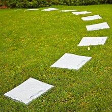 Parkland® Kunststoff-Terrassenplatten, Trittstein-Imitationen mit Stein-Effekt, zum Anlegen eines Pfads im Rasen geeignet.