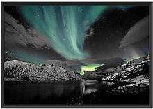 Polarlichter über Bergen im Schattenfugen