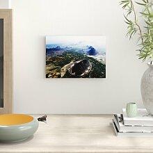 Poster Luftbild einer Landschaft mit Bergen in