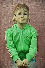 Qubeat weibliche Kinderschaufensterpuppe sitzend