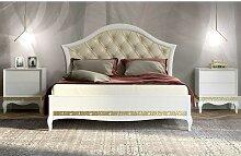 Romantisches Bett in Weiß und Goldfarben