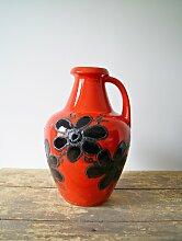 Rote Bodenvase mit schwarzen Blumen von Bay