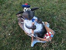 Schaf Dolly im Boot Dekofigur aus Polyresin Gartendeko Figur