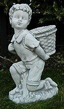 Skulptur aus Beton Figur Junge mit Tragekorb zum