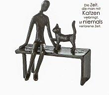 Skulptur Frau mit Katze auf Bank aus Eisen H. 12cm
