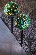 Solarlichterkette in Buchsbaumkugel auf Erdspieß,