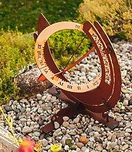 Sonnenuhr mit aktueller Ortszeit aus Holz und Edelrost, 57 cm hoch
