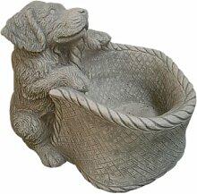 Steinfigur Hund mit Korb, Tierfigur aus Steinguss