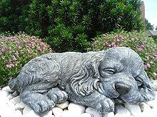 Steinfigur Hund schlafend, Gartenfigur Steinguss