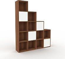 Stufenregal Nussbaum - Modernes Treppenregal für