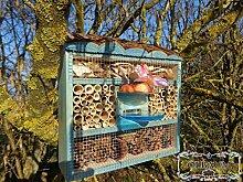 Süßes Insektenhotel, Insektenhaus als funktionale Gartendeko KOMPLETT mit Holzrinde-Naturdach und Fütterungsstation, FDV-STATION-OS groß Holz blau marineblau hell Vogelhaus Nisthaus als Ergänzung zum Meisen Nistkasten Meisenkasten oder zum Vogelhaus Vogelfutterhaus Futterstation für Vögel, als umweltfreundliches Mittel gegen Blattläuse