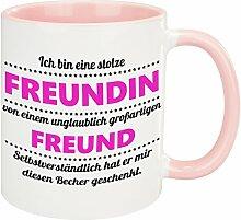 Tasse – stolze Freundin (Freund): Becher mit lustigem Spruch – bedruckte Kaffeetasse für die Freundin zum Valentinstag – kreative Geschenkidee zum Jahrestag