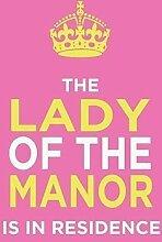 The Lady of Manor IS IN RESIDENCE Krone, Regal, Royal, lustig, Retro, Vintage, Humor pink, weiß und gelb Boss House ist, spoof Die Queen When Flagge flies. Metall/Stahl Wandschild