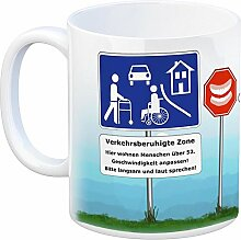 Verkehrsberuhigte Zone Kaffeebecher - hier wohnen Menschen ab 52 - eine coole Tasse von trendaffe - passende weitere Begriffe dazu: 52. Geburtstag lustig neckisch Tasse Kaffeetasse Rentner Gebiss Rollator Geschenkidee Ruhestand Tasse Kaffeetasse Becher mug Teetasse oder Büro.