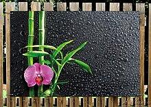 Wallario Garten-Poster Outdoor-Poster - Bambus und pinke Orchidee auf schwarzem Glas mit Regentropfen in Premiumqualität, Größe: 61 x 91,5 cm, für den Außeneinsatz geeigne