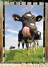 Wallario Garten-Poster Outdoor-Poster - Lustige Kuh auf der Weide mit herausgestreckter Zunge in Premiumqualität, Größe: 61 x 91,5 cm, für den Außeneinsatz geeigne