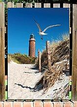 Wallario Garten-Poster Outdoor-Poster - Möwe am Strand mit Leuchtturm in Premiumqualität, Größe: 61 x 91,5 cm, für den Außeneinsatz geeigne