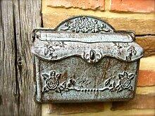 Wand-Briefkasten aus Eisen wie antiker Postkasten,
