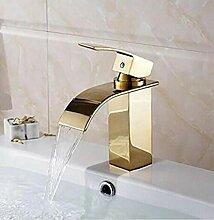 Waschbecken mit goldenem Wasserfall-Wasserhahn aus