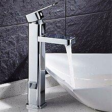 Waschbecken mit Kaltwasser Wasserhahn auf