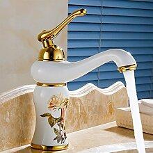 Wasserhahn mit weißem Marmor Badezimmer