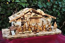 Weihnachtskrippe mit historischem Holzbrunnen mit