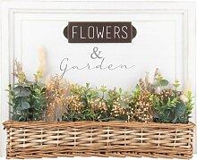 Weißer Kunstdruck und geflochtener Blumenkasten
