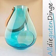 Windlicht in 6 Farben und 2 Größen aus Glas mit Lederriemen zum aufhängen (27 cm, Blau)